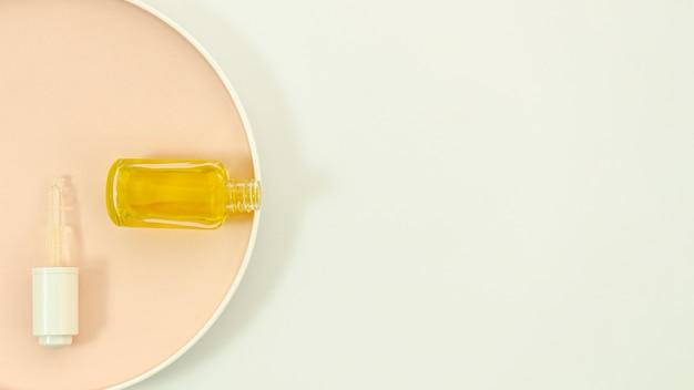 Botellas sobre fondo beige y blanco con espacio de copia