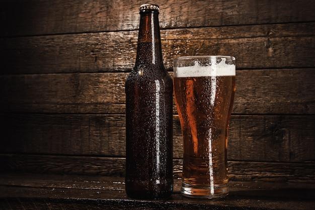 Botellas y vaso de cerveza