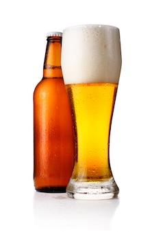 Botellas y vaso lleno de cerveza aislado
