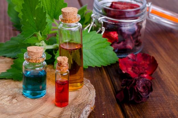 Botellas de vidrio de aceite esencial de aroma en madera, imagen para medicina alternativa terapia