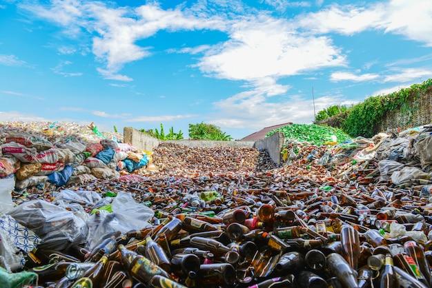 Botellas de vidrio en el centro de reciclaje. partículas de vidrio roto triturado en una instalación de reciclaje