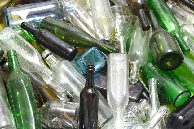 Botellas de vidrio dentro de un contenedor de reciclaje de vidrio
