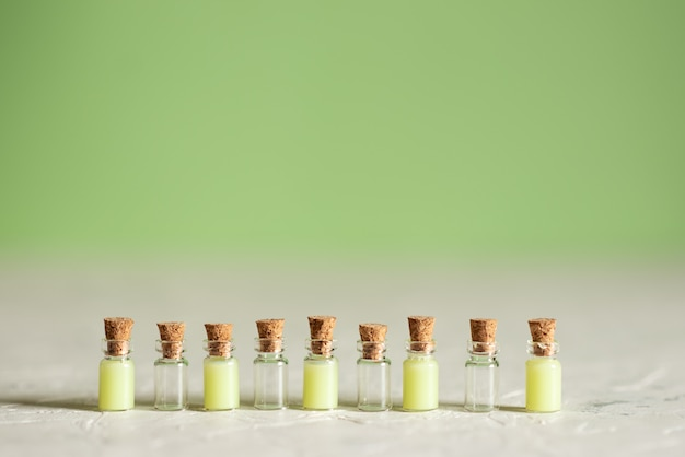 Botellas de vidrio con jabón líquido y otros cosméticos de spa.