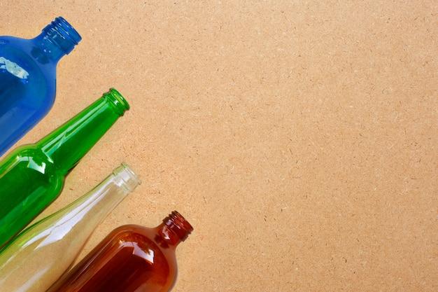 Botellas de vidrio sobre fondo de madera contrachapada. copia espacio