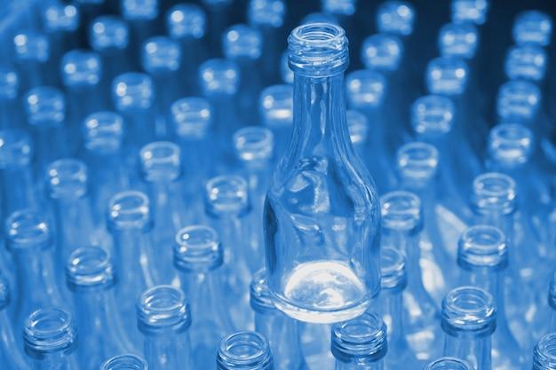 Botellas de vidrio vacías de color azul en fábrica.