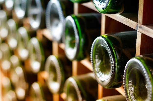 Botellas de vino apiladas en bastidores de madera