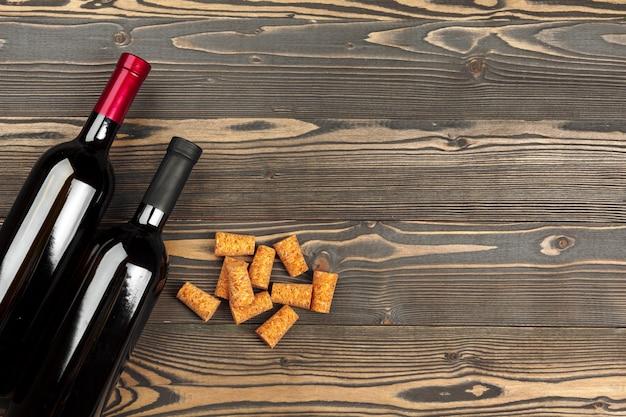 Botellas de vino sobre fondo de madera, de cerca