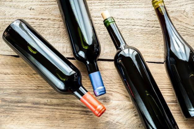 Botellas con vino tinto