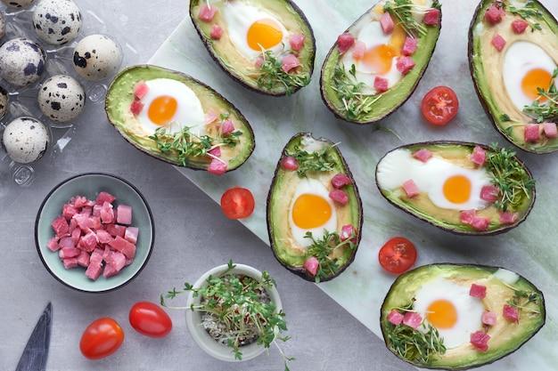 Botes de aguacate con huevos de codorniz, cubitos de jamón y brotes de berro.