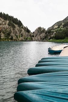 Los botes de canoa se alinean en el agua