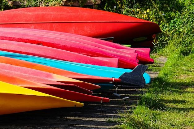 Botes de canoa invertidos.