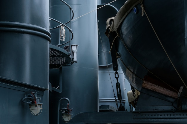 Botes salvavidas de época en barco militar de metal azul
