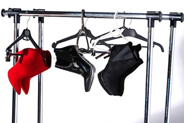 Botines elegantes negros y rojos en perchas