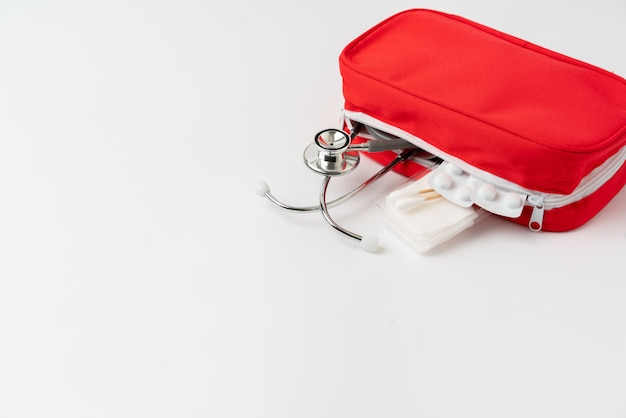 Botiquín de primeros auxilios desde la vista superior.