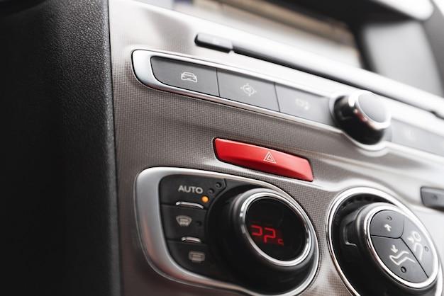 Botón de advertencia de emergencia en el panel de instrumentos de un automóvil moderno