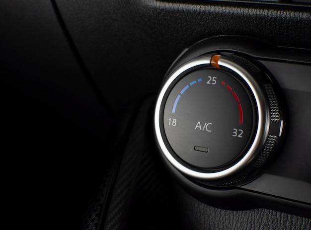Botón del aire acondicionado para el ajuste de temperatura y clima en un automóvil.