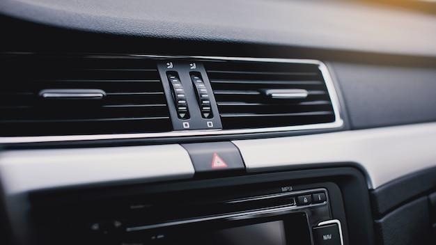 Botón de aire acondicionado dentro de un automóvil. unidad de aire acondicionado de control de clima en el coche nuevo.