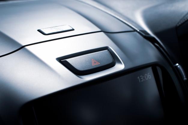 Botón de luz de emergencia del automóvil en la consola del automóvil en un automóvil de lujo