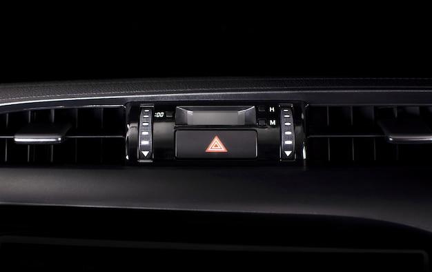 Botón de luz de emergencia del coche en un coche.