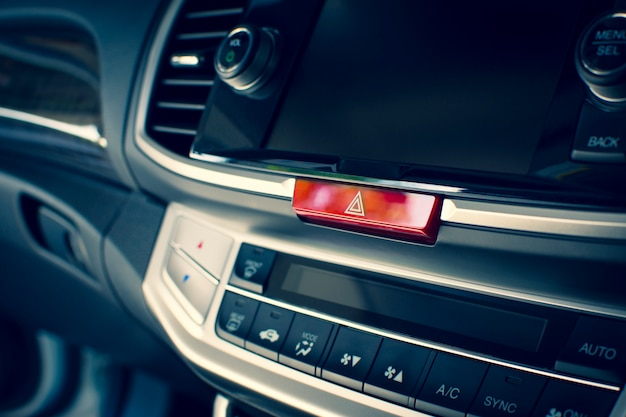 Botón de luz de emergencia del coche en el salpicadero de un coche.