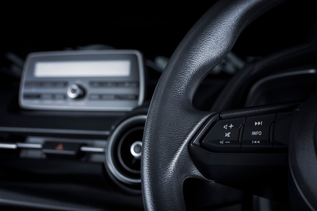 Botón multimedia en el volante multifunción en un automóvil de lujo