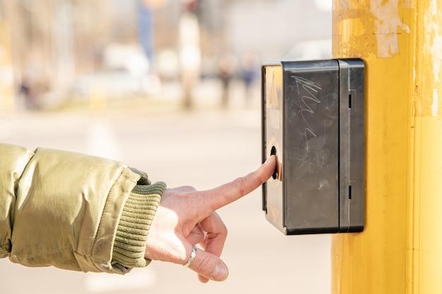 Botón peatonal en un cruce de calles de la ciudad