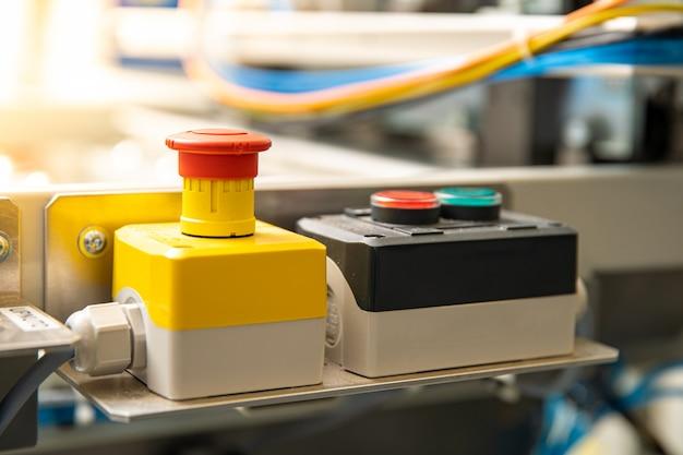 Botón rojo de parada de emergencia para apagar la máquina, una situación peligrosa