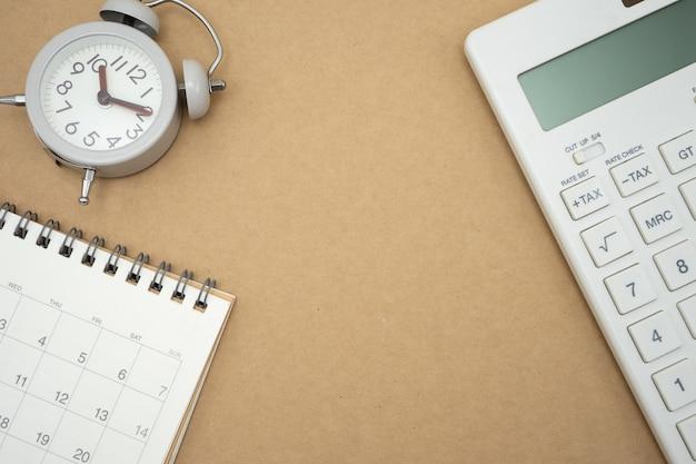Botón tax del teclado para el cálculo de impuestos. fácil de calcular en la calculadora blanca