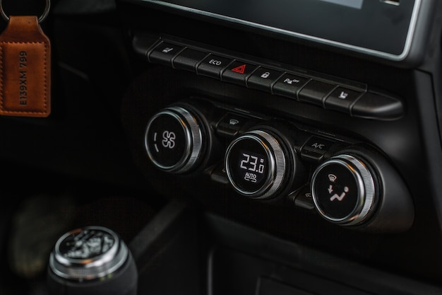 Botones de aire acondicionado de coche de color vista cercana dentro de un coche. panel de salpicadero del acondicionador de temperatura del coche.