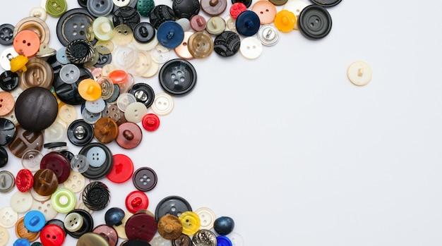 Botones de colores sobre papel blanco