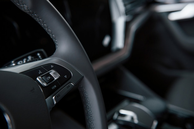 Botones para luces de giro y más. vista de cerca del interior del nuevo automóvil de lujo moderno