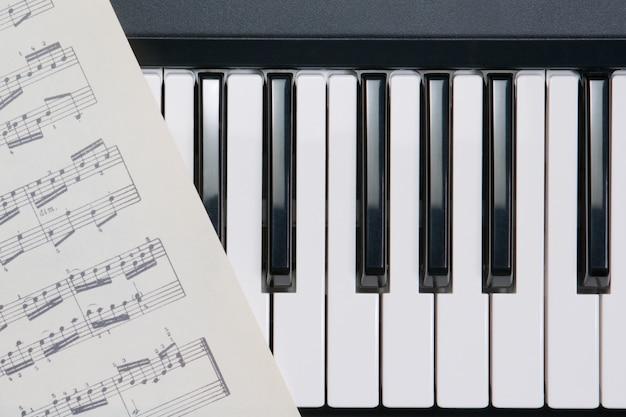 Botones de piano y notas