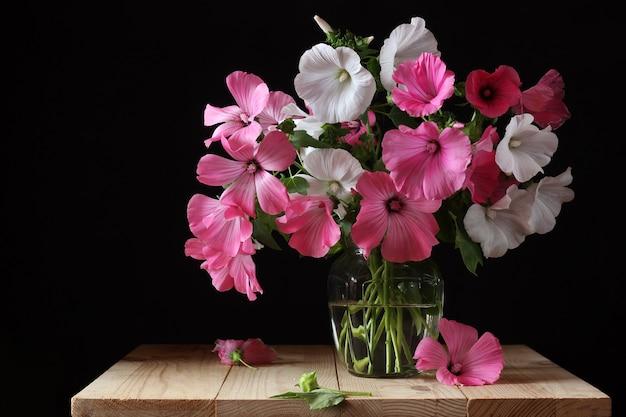 Bouquet de lavater rosa y blanco en jarrón de vidrio.