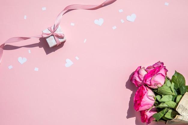 Bouquet minimalista de rosas y regalo.