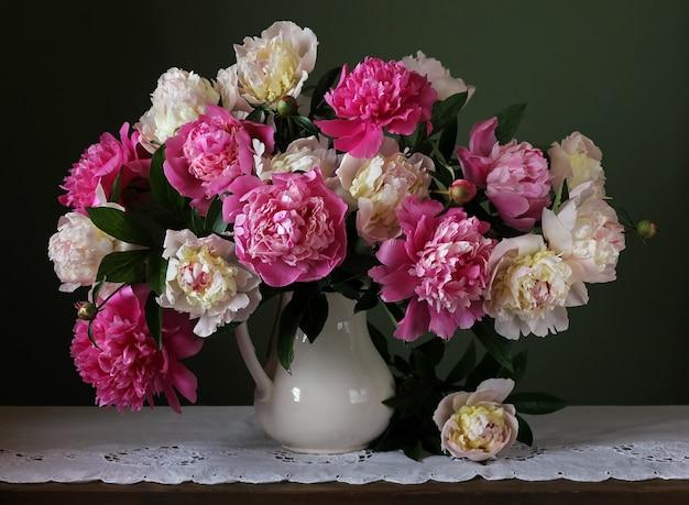 Bouquet de peonías rosas y blancas. flores en un jarrón.