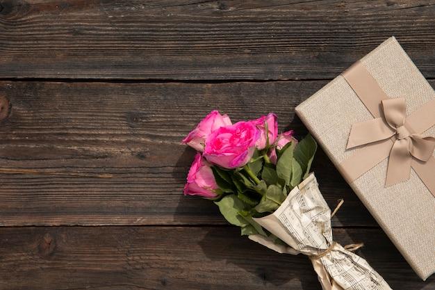 Bouquet de rosas y regalo elegante.