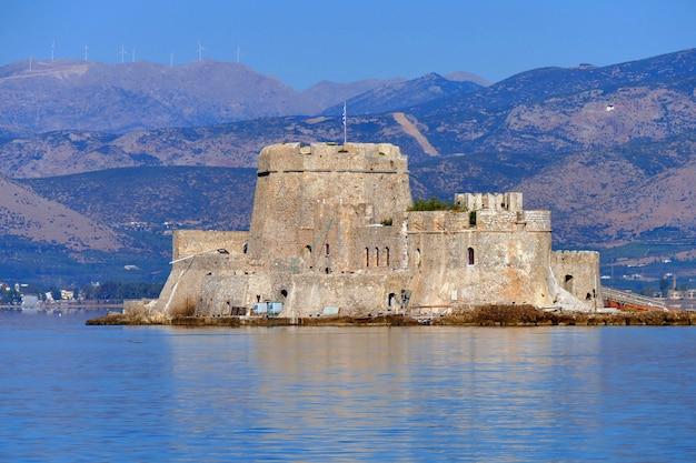 Bourtzi es una fortaleza veneciana muy sugerente en medio del puerto de nauplia