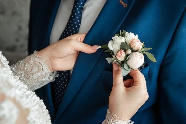 Boutonniere para el novio. matrimonio, relaciones familiares, parafernalia de bodas.
