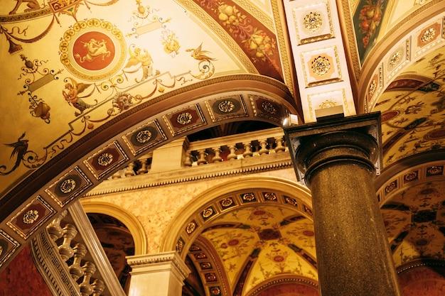 Bóvedas interiores del edificio de la ópera en budapest