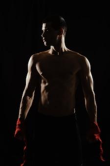 El boxeador atlético se prepara antes de la pelea