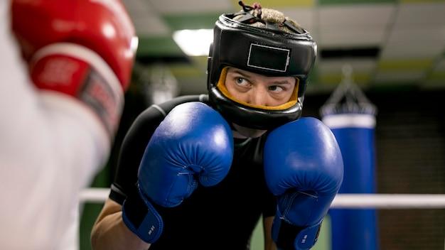 Boxeador con casco y guantes