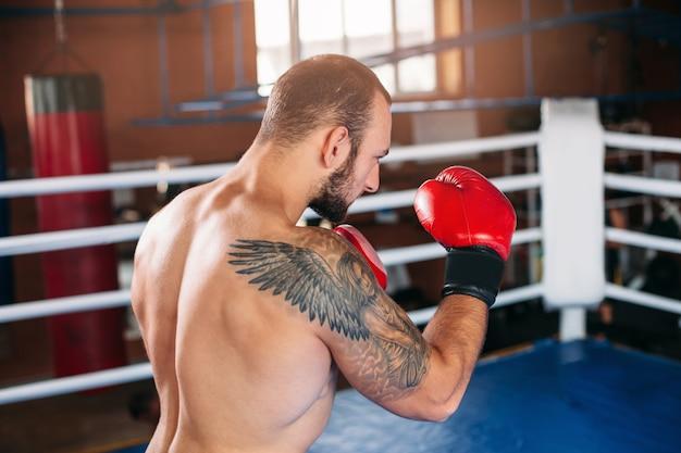 Boxeador en guantes de boxeo rojos.