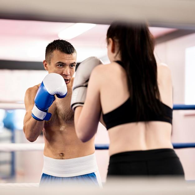 Boxeador masculino y femenino enfrentándose