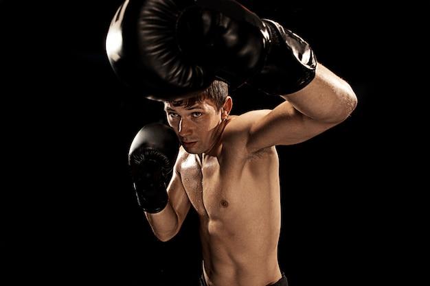 Boxeador masculino en saco de boxeo en negro