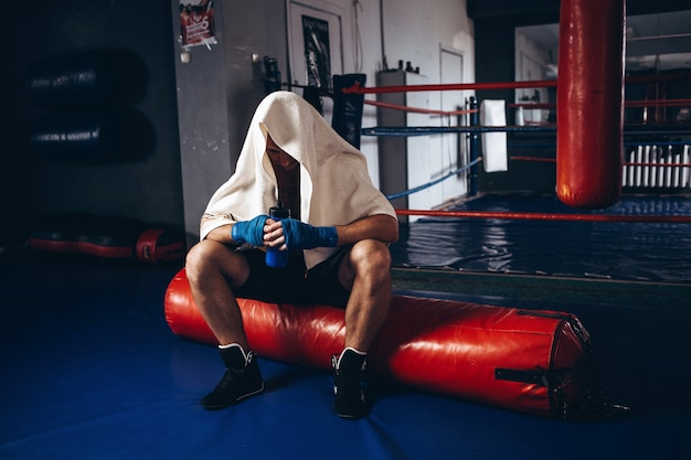 El boxeador perdió el partido. el luchador descansa después de la pelea.