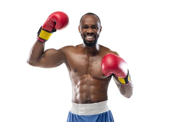 Boxeador profesional aislado en la pared blanca del estudio