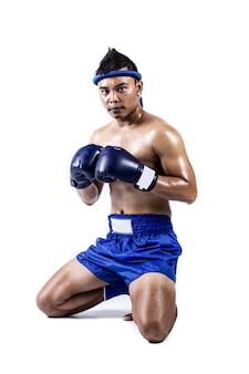Boxeador tailandés con la acción de boxeo tailandés, aislada en el fondo blanco