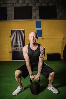 Boxeador tailandés levantando peso
