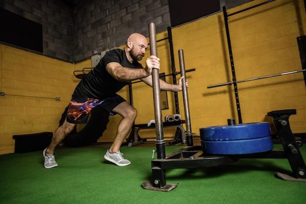 Boxeador tailandés practicando ejercicio con pesas