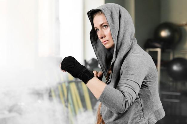 Boxeadora entrenando para una competencia
